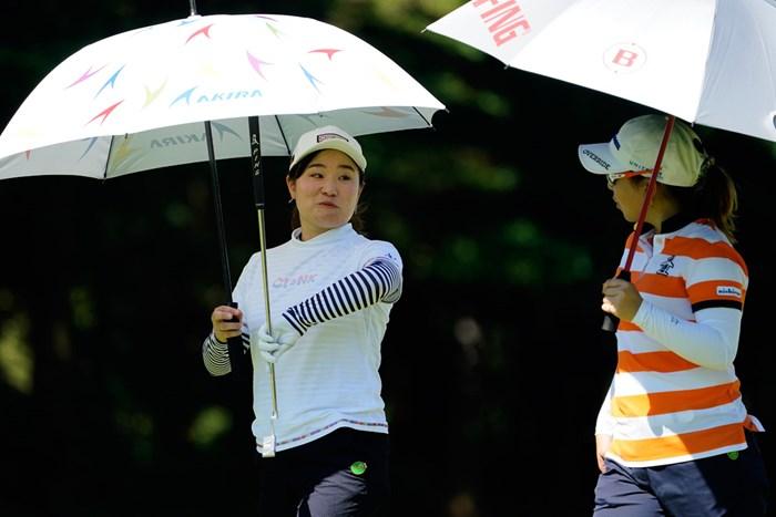 「ほら、私の方がシマシマ」「まぁ、ねぇ」(代表撮影:岡沢裕行) 2020年 NEC軽井沢72ゴルフトーナメント 最終日 宮崎乙実と宮里美香