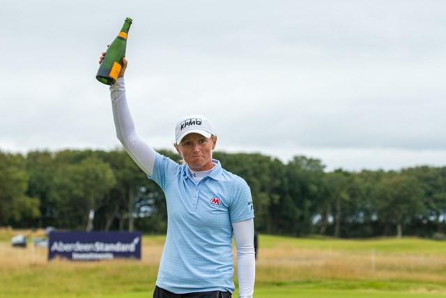 2020年 ASIスコットランド女子オープン 最終日 ステーシー・ルイス シャンパンを掲げて優勝を喜ぶステーシー・ルイス(Tristan Jones/LPGA)