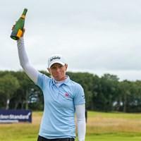 シャンパンを掲げて優勝を喜ぶステーシー・ルイス(Tristan Jones/LPGA) 2020年 ASIスコットランド女子オープン 最終日 ステーシー・ルイス