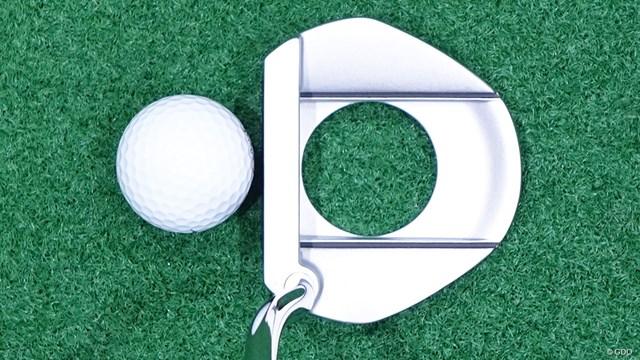 シグマ2 パターを筒康博が試打「1インチ長めがおすすめ」 ヘッド全体がカップ、中央の穴がボールの大きさにイメージできる