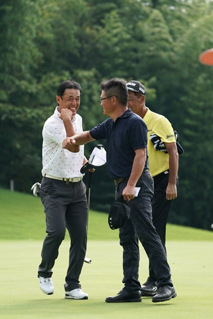 2020年 プロゴルファー誕生100周年記念 ISPS HANDA コロナに喝!シニアトーナメント 3日目 鈴木亨 2年ぶりのシニア優勝を飾り、エルボータッチで祝福される