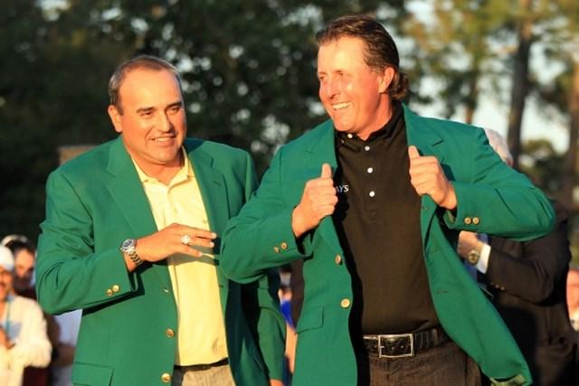 自身4年ぶり、3度目となるグリーンジャケットに袖を通したフィル・ミケルソン(David Cannon /Getty Images)