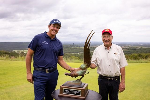 フィル・ミケルソン シニア初戦で初優勝を飾ったフィル・ミケルソンと、バスプロショップの創業者ジョニー・モリス (Brett Carlsen/Getty Images)
