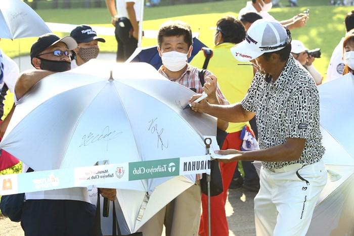 色紙ではなく傘に。サインをする芹澤信雄 2020年 マルハンカップ 太平洋クラブシニア 初日 芹澤信雄