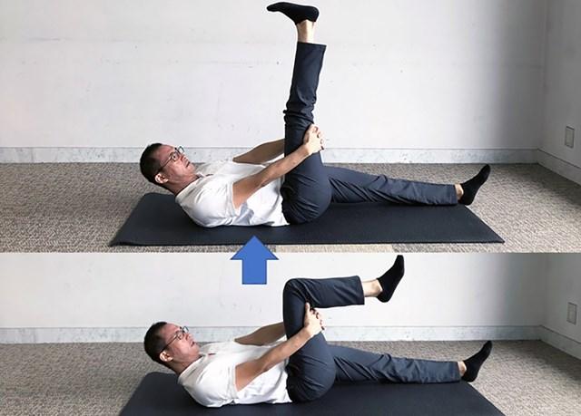 太ももの裏で腕を組んで、膝の曲げ伸ばしを左右10回行う