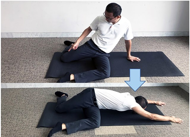 両ひざをそれぞれ90度に曲げて座った状態で、腰をひねって床に両手が付くように腹斜筋を伸ばしていく