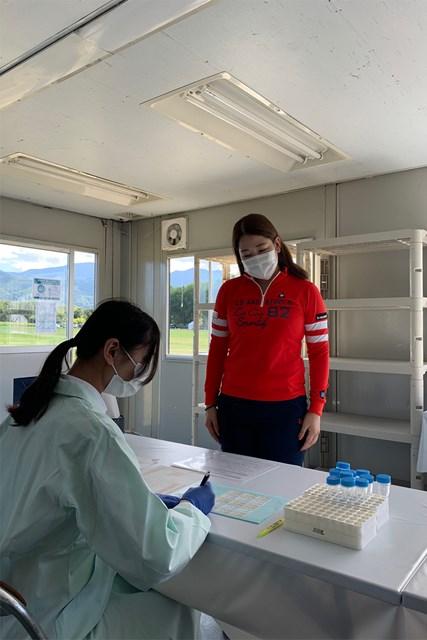 2020年 ニトリレディスゴルフトーナメント 事前 田村亜矢 コースに設けられたプレハブで検査を受ける選手(提供:日本女子プロゴルフ協会)