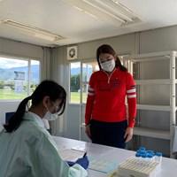 コースに設けられたプレハブで検査を受ける選手(提供:日本女子プロゴルフ協会) 2020年 ニトリレディスゴルフトーナメント 事前 田村亜矢