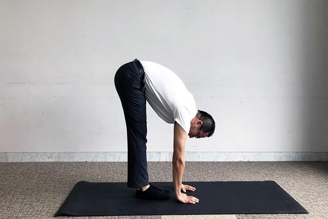 前傾時の可動域のチェックとして、前屈をしてみましょう。床に手のひらが付く、もしくはつま先を触れれば十分と言っていいでしょう