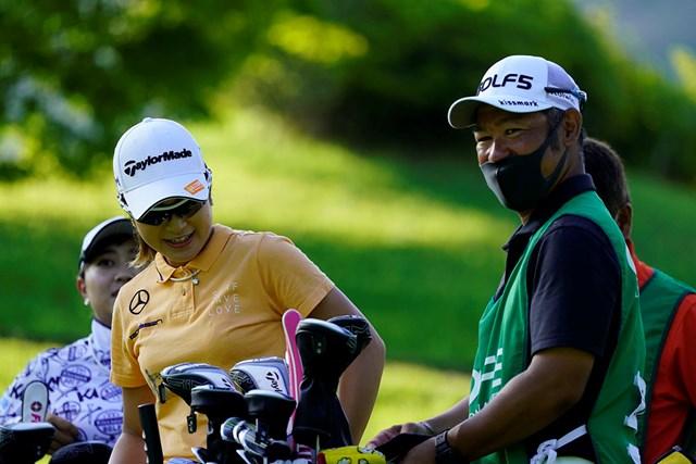 2020年 ゴルフ5レディス プロゴルフトーナメント 初日 大西葵 大西葵(左)と先崎洋之キャディ(代表撮影・岡沢裕行)