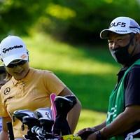 大西葵(左)と先崎洋之キャディ(代表撮影・岡沢裕行) 2020年 ゴルフ5レディス プロゴルフトーナメント 初日 大西葵