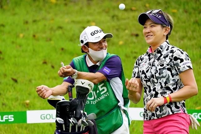 2020年 ゴルフ5レディス プロゴルフトーナメント 初日 成田美寿々 成田美寿々(右)と森本真祐キャディ(代表撮影・岡沢裕行)