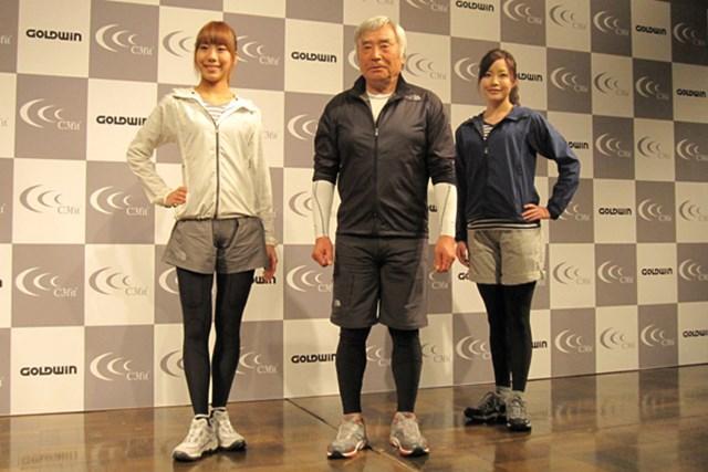 メーカー発表会 高機能ウエア「C3fit」にロングタイツが登場!さらに福嶋晃子と契約も NO.1 新製品「サポート ロングタイツ」を着用して写真撮影を行う三浦雄一郎