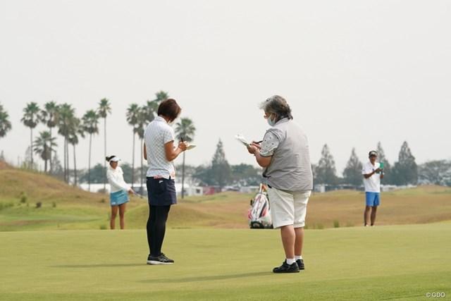 2020年 日本女子プロゴルフ選手権大会コニカミノルタ杯 事前 岡本綾子 開幕先日にコースを視察する岡本綾子コースセッティング担当(右)