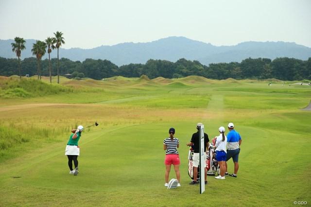 2020年 日本女子プロゴルフ選手権大会コニカミノルタ杯 事前 鈴木愛 鈴木愛(左)がショットを放つ。コースは広いが、風と傾斜の読みが重要だ