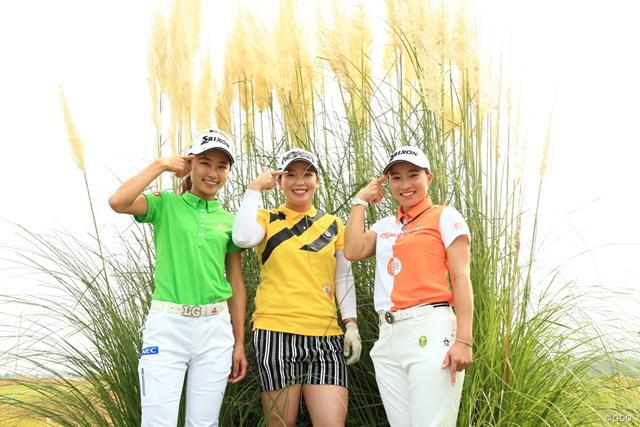 2020年 日本女子プロゴルフ選手権大会コニカミノルタ杯 事前 安田祐香、後藤未有、澁澤莉絵留 開幕前日は同期の3人(左から安田祐香、後藤未有、澁澤莉絵留)で練習。決めポーズは後藤の流行りだとか