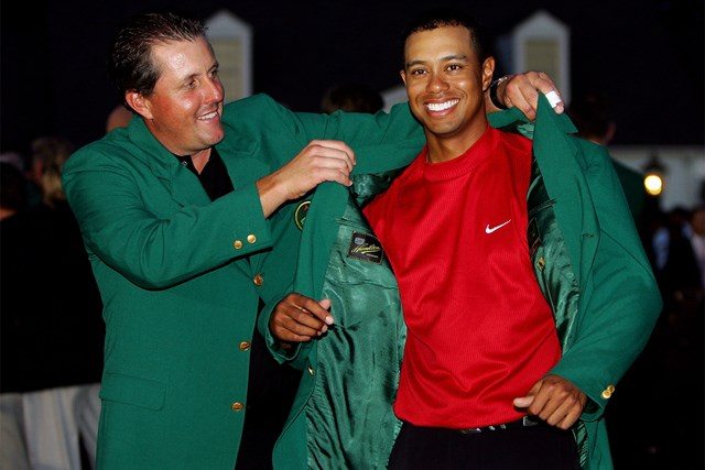 2005年 マスターズ(延期) 事前 フィル・ミケルソン タイガー・ウッズ ライバルからライバルへ。名場面を彩る表彰式の夕闇もことしは様変わりしそう(David Cannon/Getty Images)