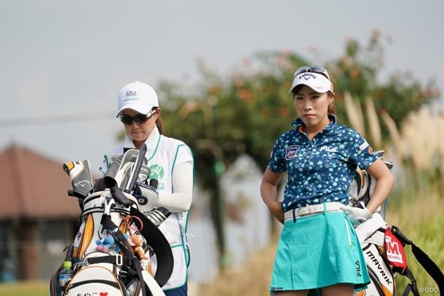 2020年 日本女子プロゴルフ選手権大会コニカミノルタ杯 初日 木村彩子 初日3位発進の木村彩子(右)。キャディは地元・岡山出身の坂口悠菜さん