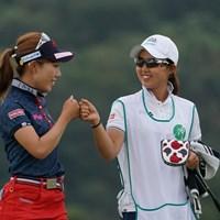 ナイスゲームでグータッチ 2020年 日本女子プロゴルフ選手権大会コニカミノルタ杯 3日目 木村彩子