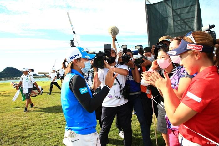 優勝を仲間たちに祝福される 2020年 日本女子プロゴルフ選手権大会コニカミノルタ杯 最終日 永峰咲希