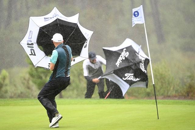 2日目は大荒れの天候に。風雨が強くなった(Ross Kinnaird/Getty Images)