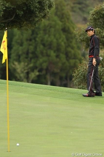 ボールの行方を心配そうに見つめる石川遼