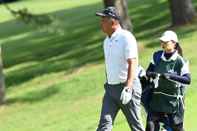 2020年 日本シニアオープンゴルフ選手権競技 3日目 川岸良兼 2打差2位で最終日へ。キャディは娘・紘子さん(代表撮影:西本政明)