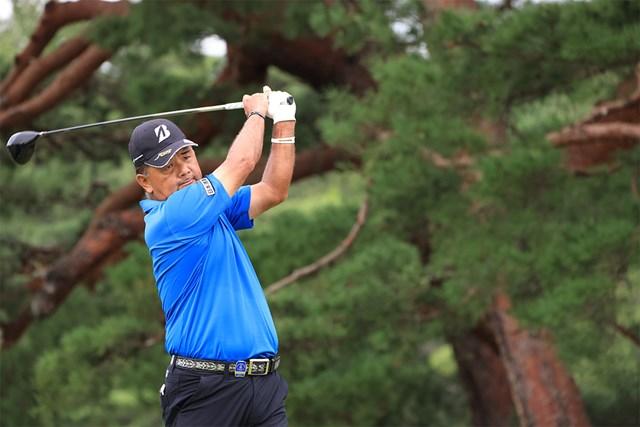 2020年 日本シニアオープンゴルフ選手権競技 最終日 寺西明 14番でティショットを放つ寺西明。地の利を生かした戦いだった(JGA提供)