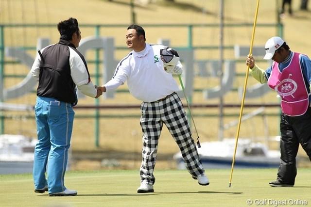 ディフェンディングチャンピオンの小田孔明が単独首位に浮上し、大会連覇に王手をかけた