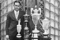 1930年にグランドスラムを達成したボビー・ジョーンズ。トロフィーと並んで記念撮影(Getty Images)