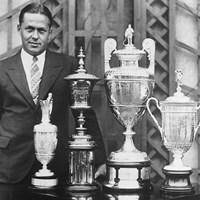 1930年にグランドスラムを達成したボビー・ジョーンズ。トロフィーと並んで記念撮影(Getty Images) 2020年 ボビー・ジョーンズ