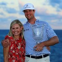 2勝目を挙げたスワッフォードは妻のキャサリンさんと喜びをかみ締めた(Andy Lyons/Getty Images) 2021年 コラレスプンタカナリゾート&クラブ選手権 最終日 ハドソン・スワッフォード