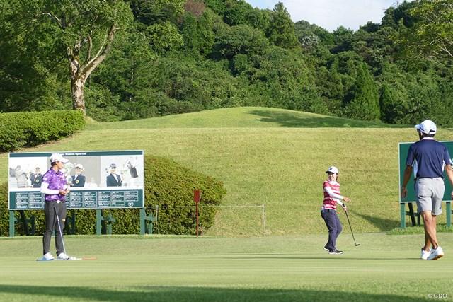 2020年 日本女子オープンゴルフ選手権 事前 古江彩佳 笹生優花 予選同組の笹生優花と談笑する古江彩佳
