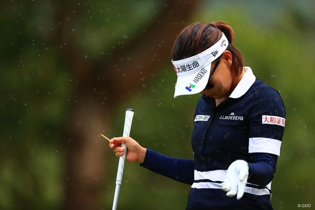 2020年 日本女子オープンゴルフ選手権 3日目 テレサ・ルー 見えます?虫の多さに顔があげられない