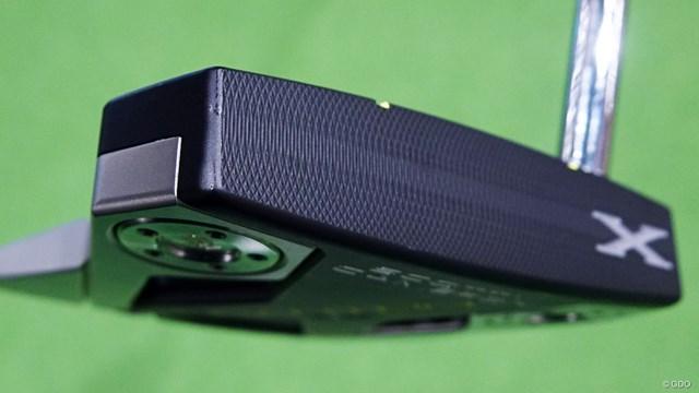 スコッティキャメロン PHANTOM X パターを西川みさとが試打「真ん中に集中できる」 軽量アルミを削り出し、深黒の表面処理を施したフェース面