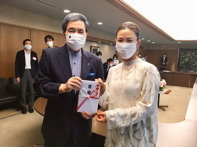2020年 上田桃子 熊本県に豪雨被害の義援金を手渡した上田桃子