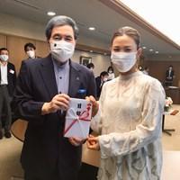 熊本県に豪雨被害の義援金を手渡した上田桃子 2020年 上田桃子