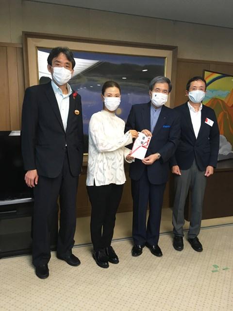2020年 上田桃子 熊本県庁を訪問し、1000万円の義援金を手渡した上田桃子
