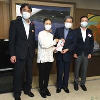 熊本県庁を訪問し、1000万円の義援金を手渡した上田桃子 2020年 上田桃子