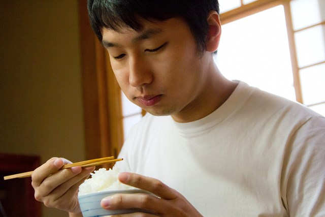 夕食はラウンド15時間前に(提供:ぱくたそ、model by 大川竜弥)