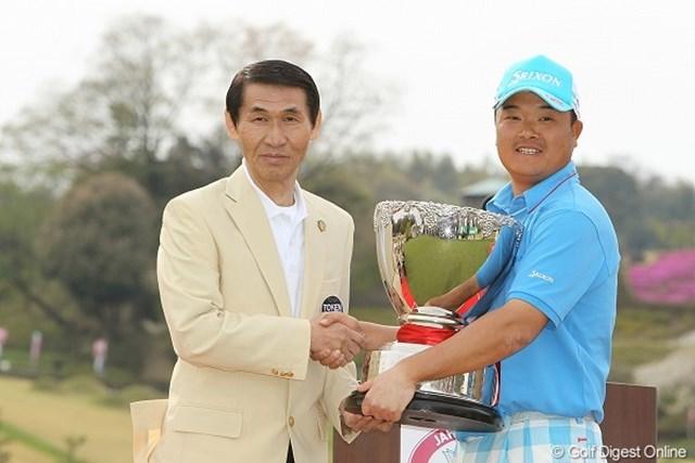 4ホールに渡るプレーオフを制し、開幕戦2連覇を達成した小田孔明