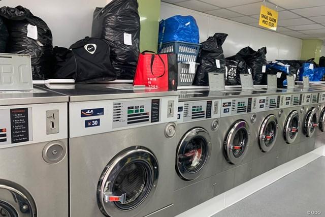 2020年 BMW PGA選手権 事前 コインランドリー ランドリー店のなかは洗濯ものでいっぱい
