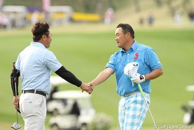 小田、丸山/東建ホームメイトカップ最終日 互いを讃えあう小田と丸山。決着に実に4ホールかかった