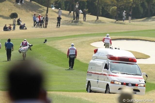 救急車/東建ホームメイトカップ最終日 突然救急車がコース内に!?貧血で倒れたギャラリーがいたそうです
