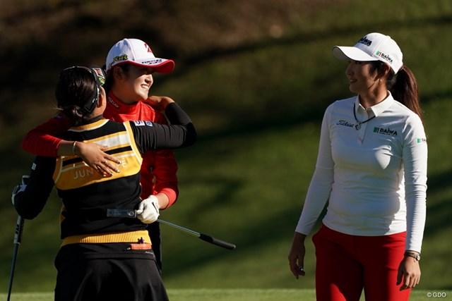 2020年 スタンレーレディスゴルフトーナメント 最終日 稲見萌寧 浅井咲希 ペ・ソンウ プレーオフの3人、抱きついちゃってるし