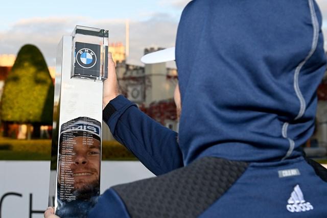 ティレル・ハットン フードをかぶって優勝カップを手にするティレル・ハットン(Ross Kinnaird/Getty Images)