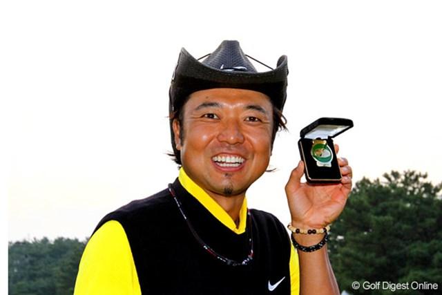 2008年 日本オープンゴルフ選手権競技 片山晋呉 永久シード選手だけが持つことのできる金色の「ツアーバッジ」を手にする片山晋呉