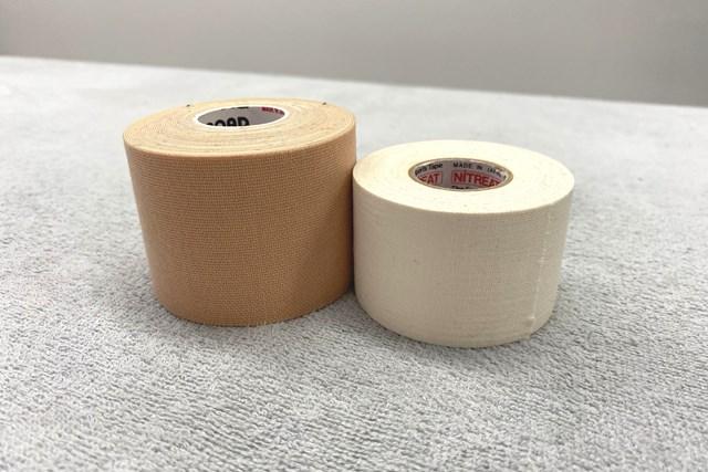 テーピング:手首編 右の白いテープが「非伸縮」で、左のテープが「伸縮」(提供:ケアくる)