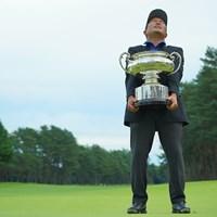 「もうみんな早く撮ってよぉ。これ、めっちゃ重いんだから」 2020年 日本オープンゴルフ選手権競技 4日目 稲森佑貴