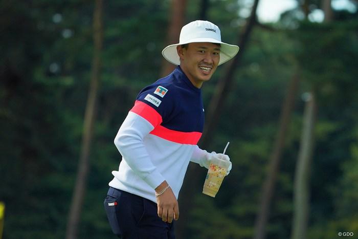 なんかラウンド中には飲みづらそうな飲み物持ってるねぇ。 2020年 日本オープンゴルフ選手権競技 4日目 中西直人